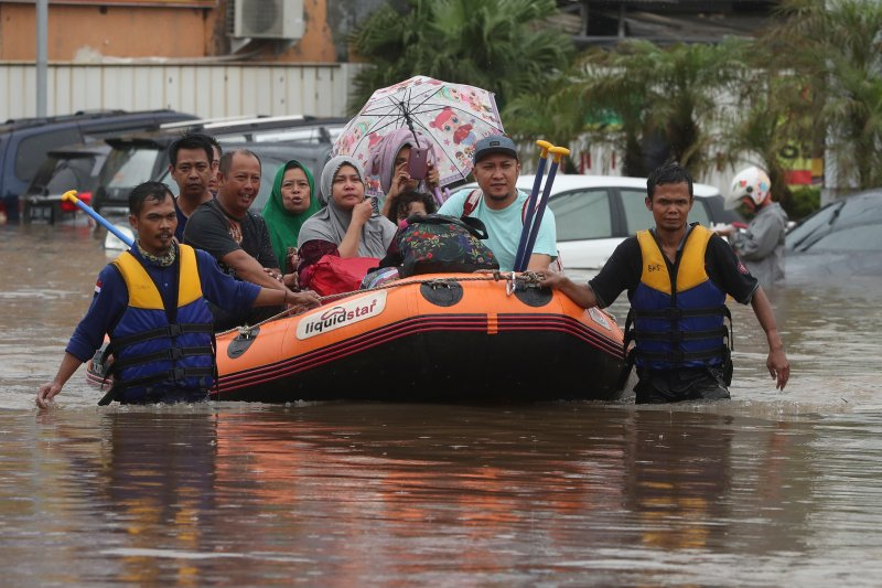 Indonesia+rescue+team+evacuate+residents+from+their+flooded+house.+%28AP+Photo%2FAchmad+Ibrahim%29